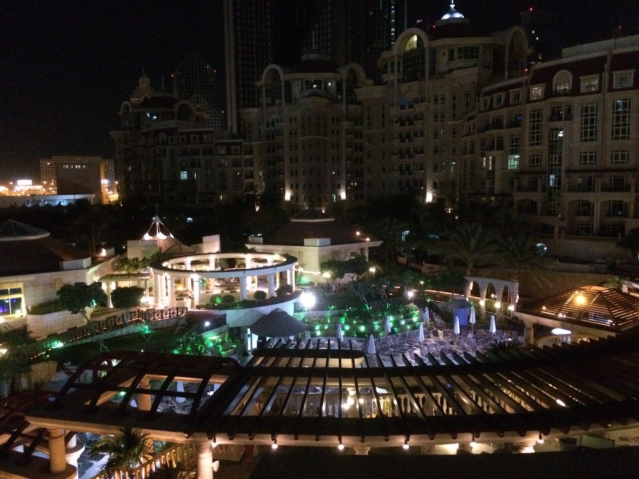 Al Murooj Rotana Dubai, Innenhof