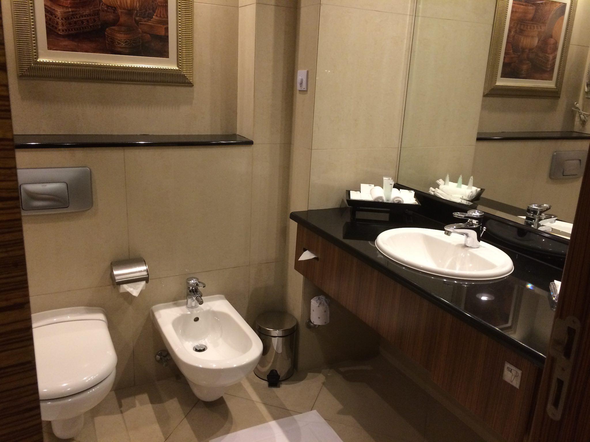 Badezimmer im Al Murooj Rotana, Classic Room