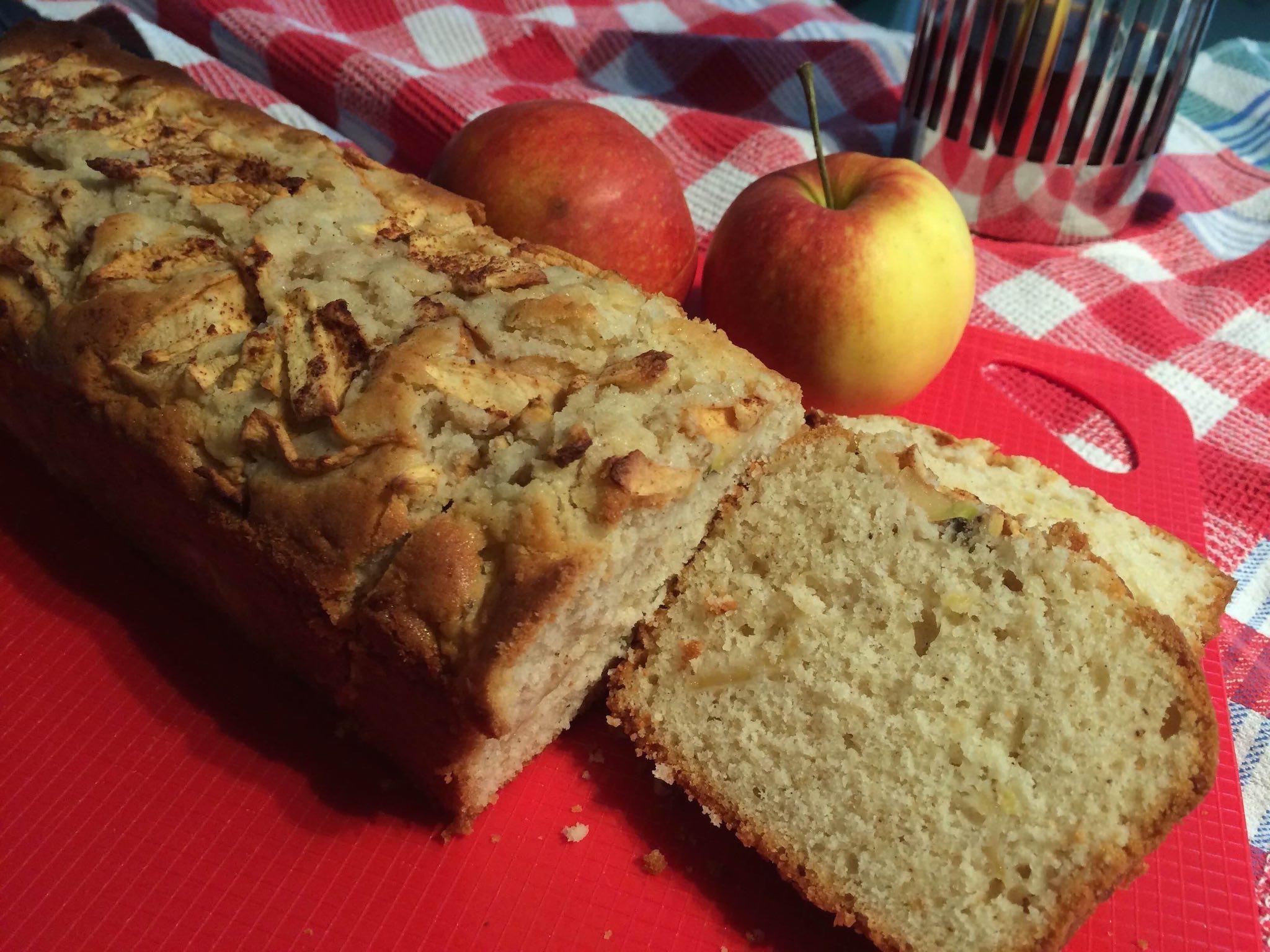 Rührkuchen mit Apfel frisch aufgeschnitten