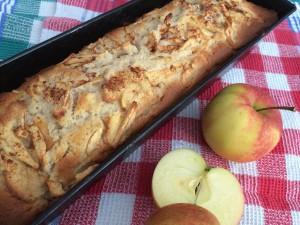 Rührkuchen mit Apfel frisch aus dem Ofen