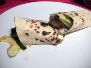 Vegetarischer Wrap mit Mühlen Nuggets aufgeschnitten