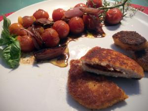Zubereitetes vegetarisches Mühlen Schnitzel Tomate Paprika