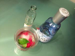Gin Tonic mit Himbeeren und frischer Minze