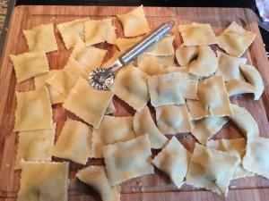 Ravioli mit Maronenfüllung, zugeschnitten und geformt