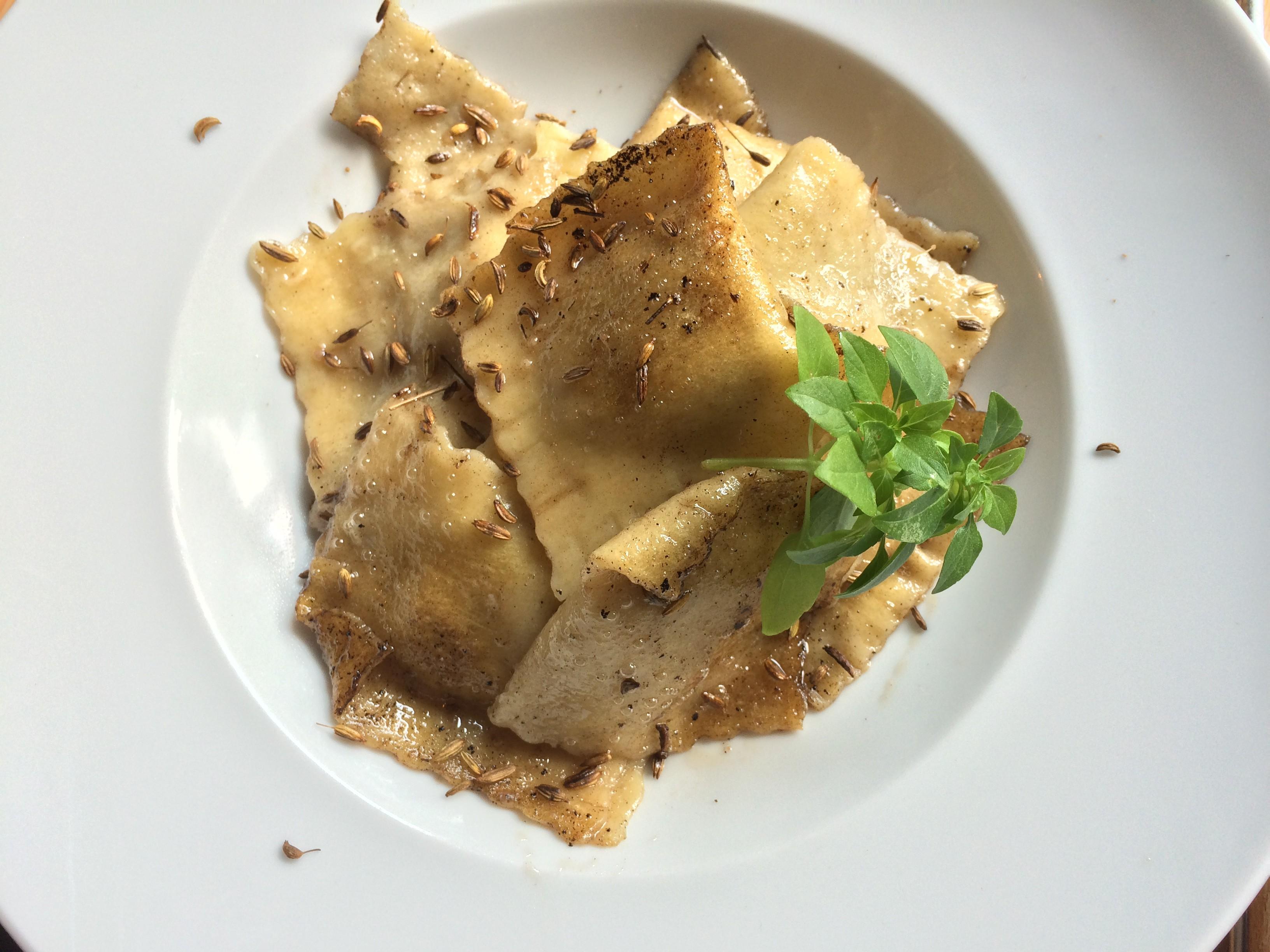 Ravioli mit Maronenfüllung fertig serviert auf dem Teller