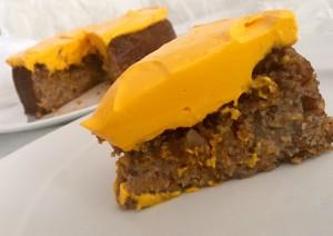 Karottenkuchen vegan und glutenfrei mit einem Topping aus Kokossahne, auf dem Teller