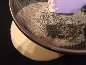 Rosemary Sea Salt Caramells - Creme double mit Rosmarin passieren