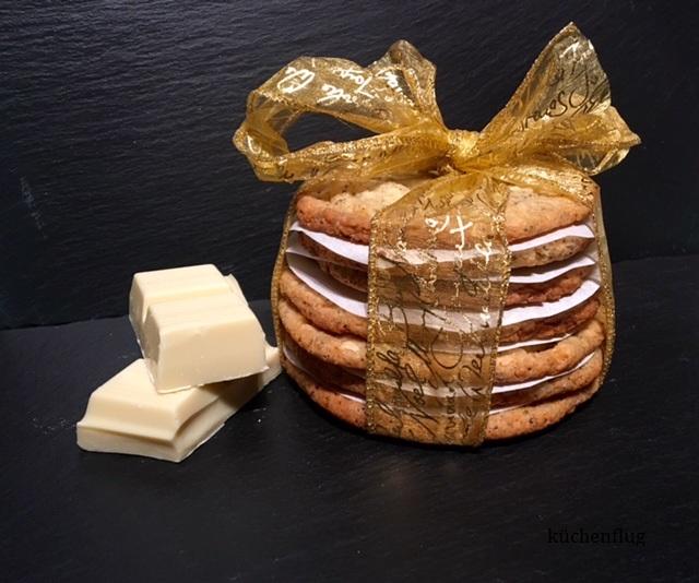 White Chocolate Chip Cookies mit Mohn und Macadamia Nüssen als Geschenk verpackt
