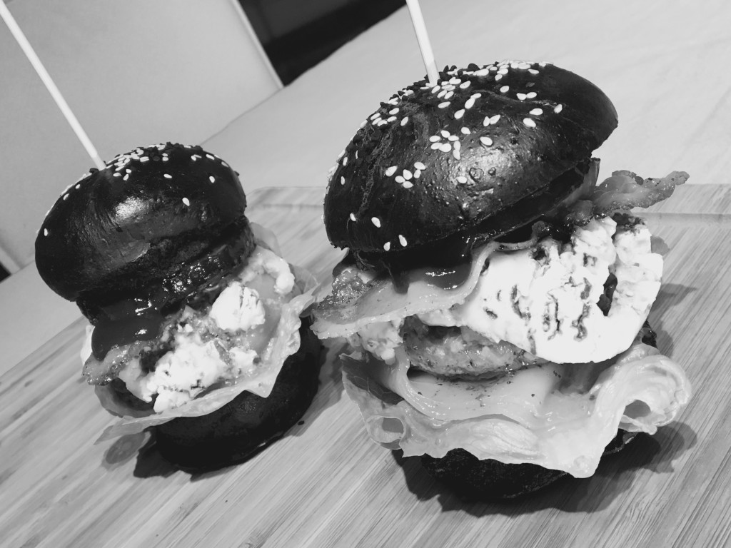 Black Bun Burger Buns & Angus Beef in der s/w Edition