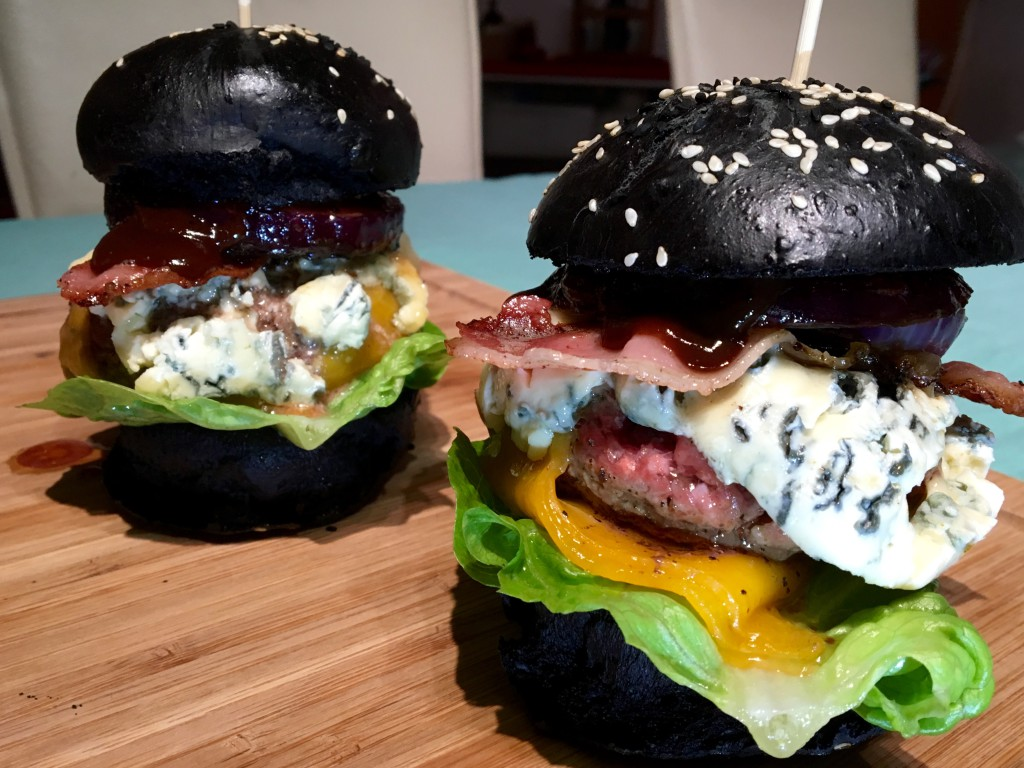 Black Bun Burger Buns & Angus Beef in Farbe und belegt