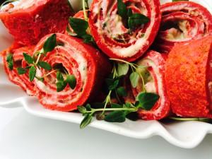 Lovecakes - Rote Beete Pfannkuchen als Röllchen mit frischem Thymian garniert