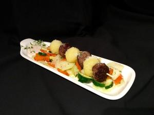 Knödel-Köfte-Spiess auf Gemüsebett mit Parmesan