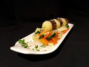 Knödel-Köfte-Spiess auf Gemüsebett-vorne