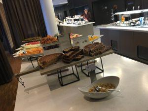 Scandic Oslo Airport - frisches Obst und Kuchen