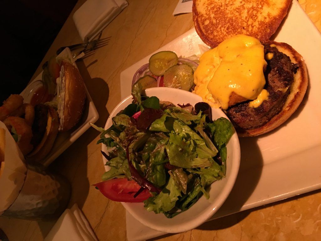 Burger in der Cheesecake Factory mit Salat