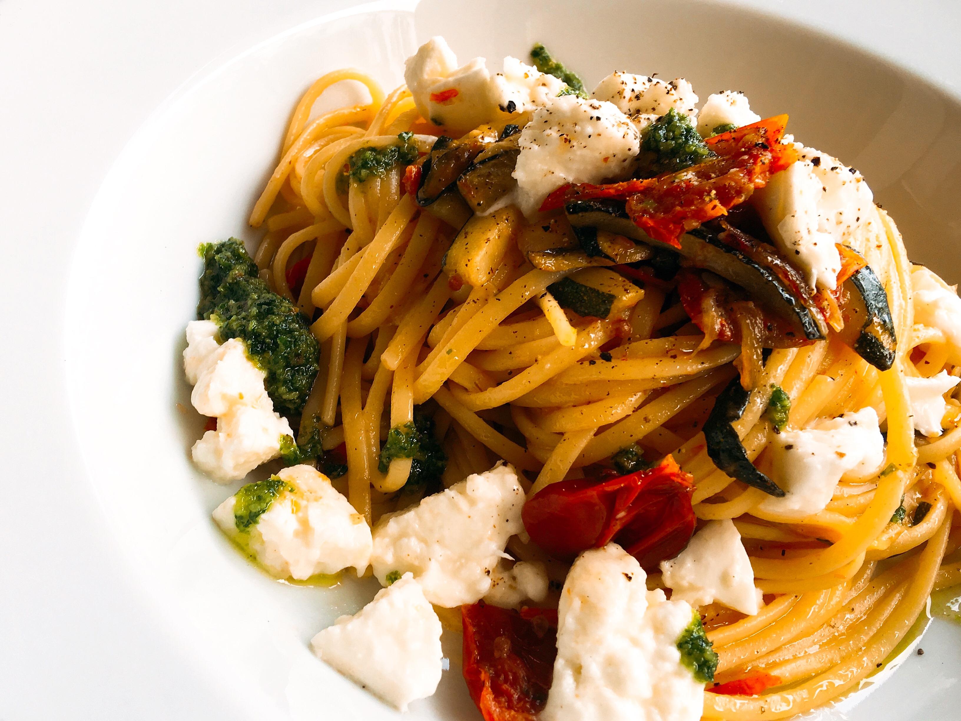 Linguine mit Zucchini, Kirschtomaten, Burrata und Pesto