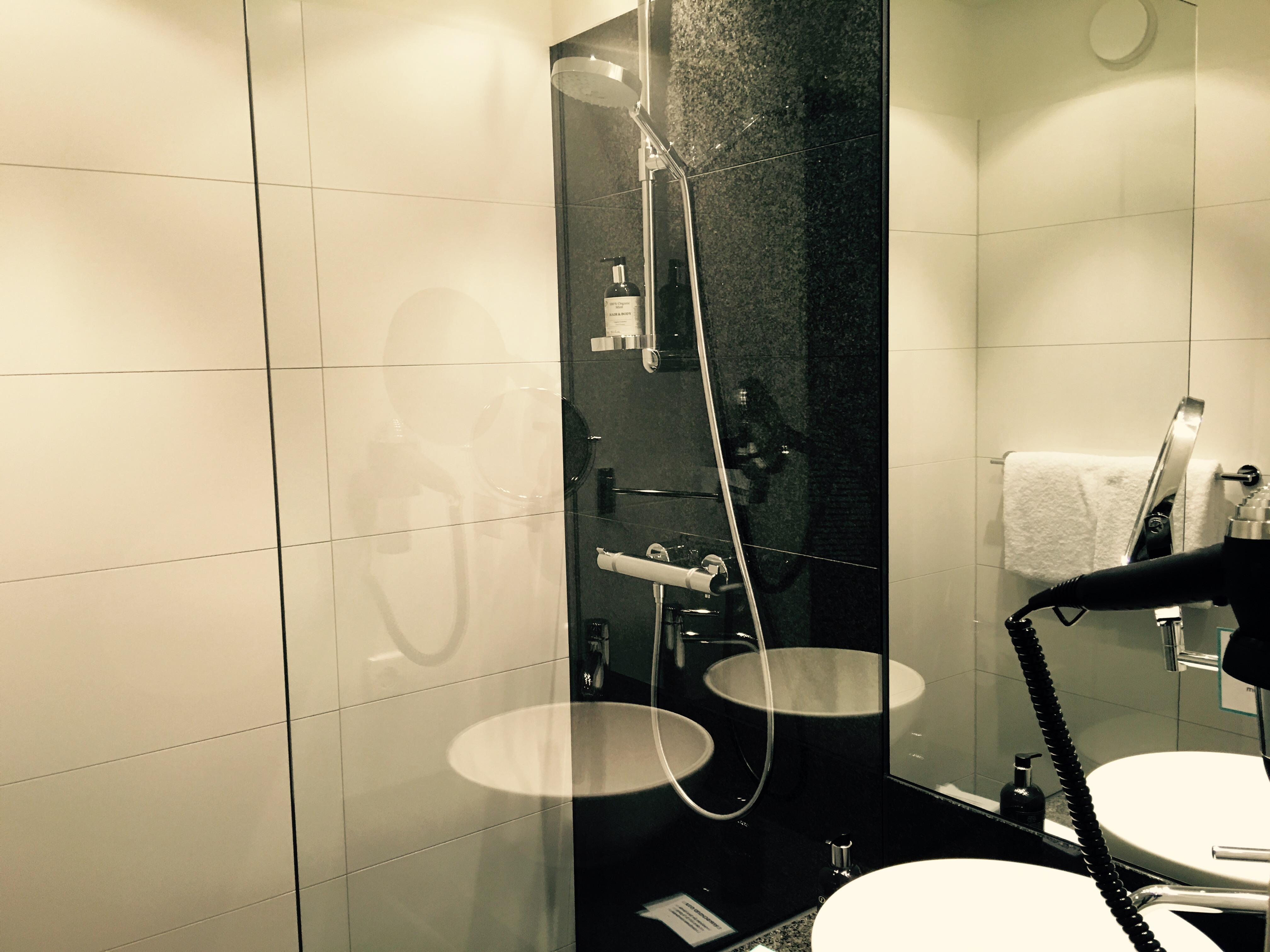 Motel one stuttgart bad cannstatt badezimmer k chenflug - Badezimmer stuttgart ...