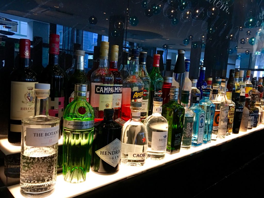 Motel One Stuttgart-Bad Cannstatt die Bar von links