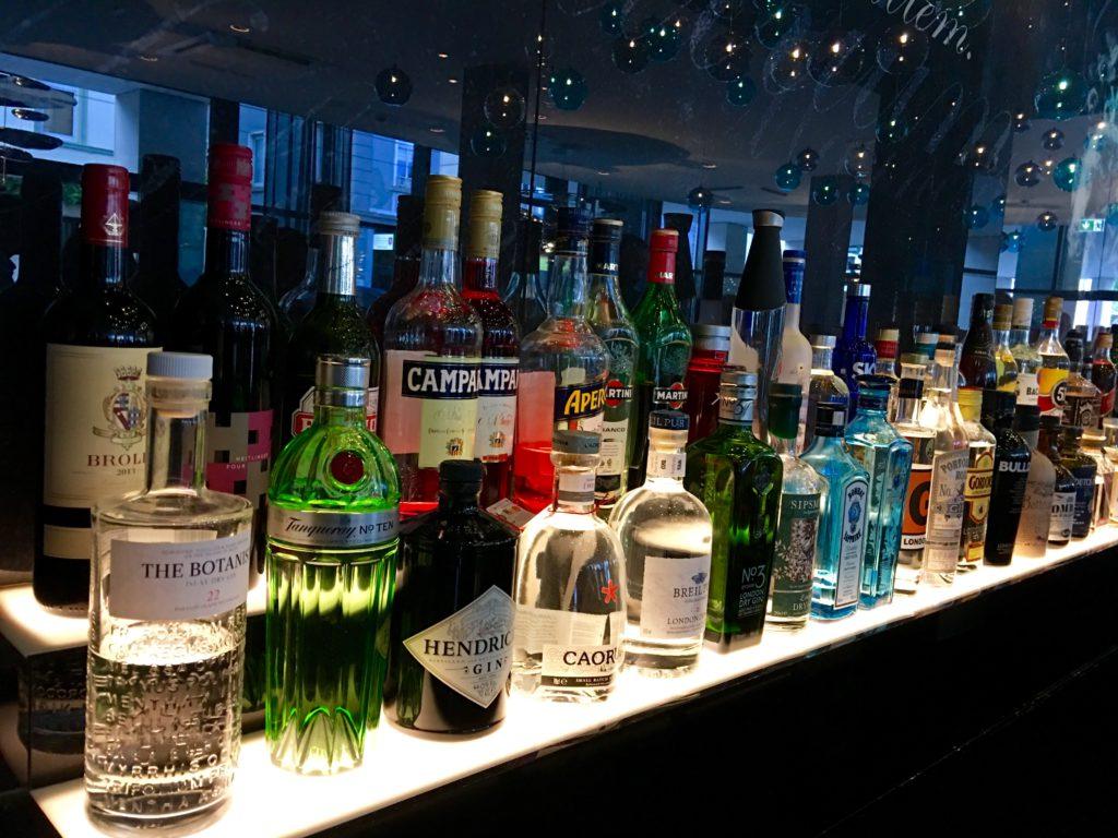 Motel One Stuttgart-Bad Cannstatt die Bar von links