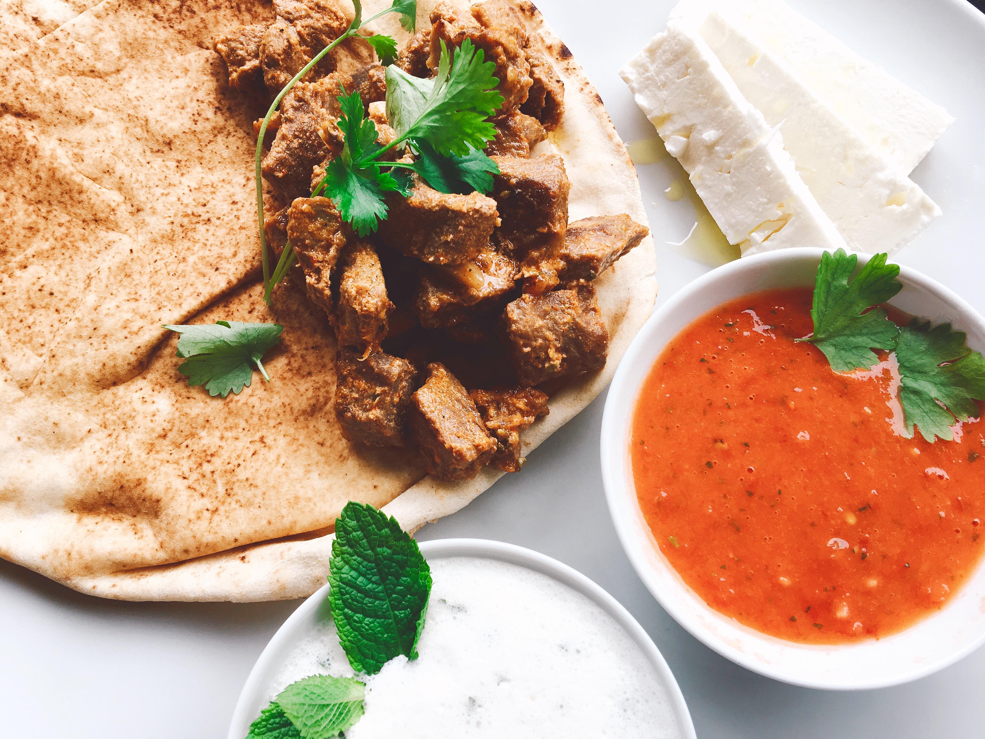 Lammfilet mit Tomaten Relish, Joghurt-Minz Sosse und Feta
