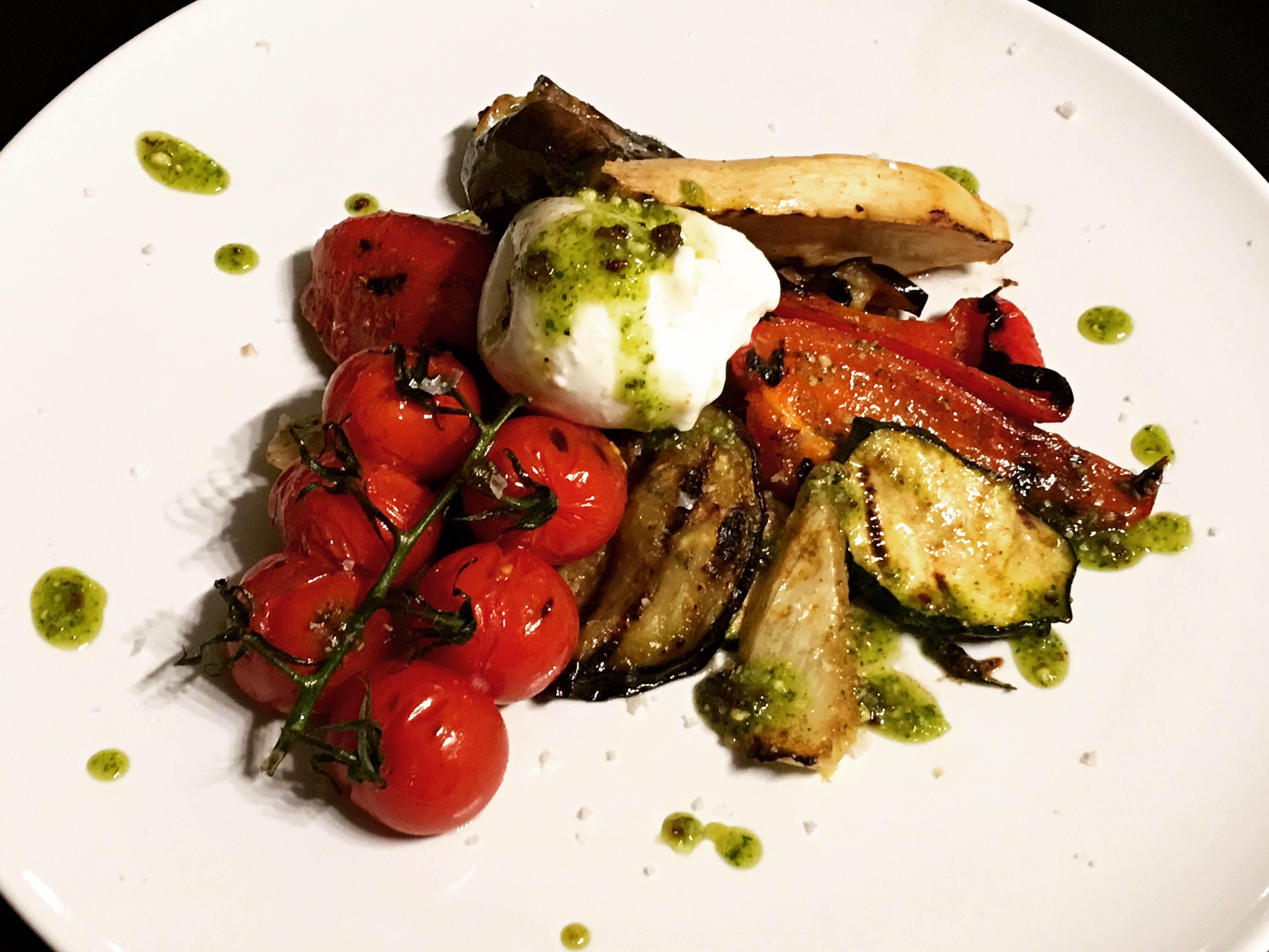 Gegrilltes Gemüse mit Burrata und Pistazienpesto