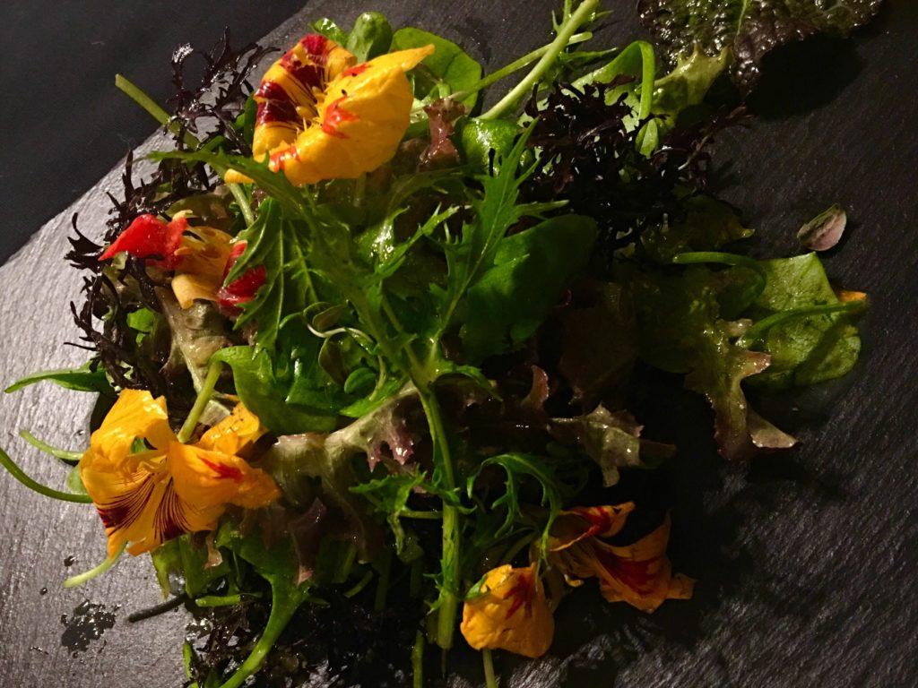 Pflücksalat mit Blüten