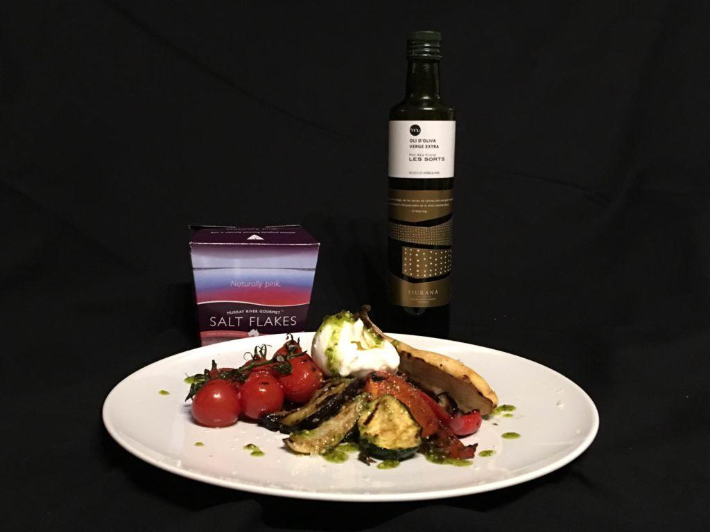 Salat mit gegrilltem Gemüse und Burrata an Pistazienpesto