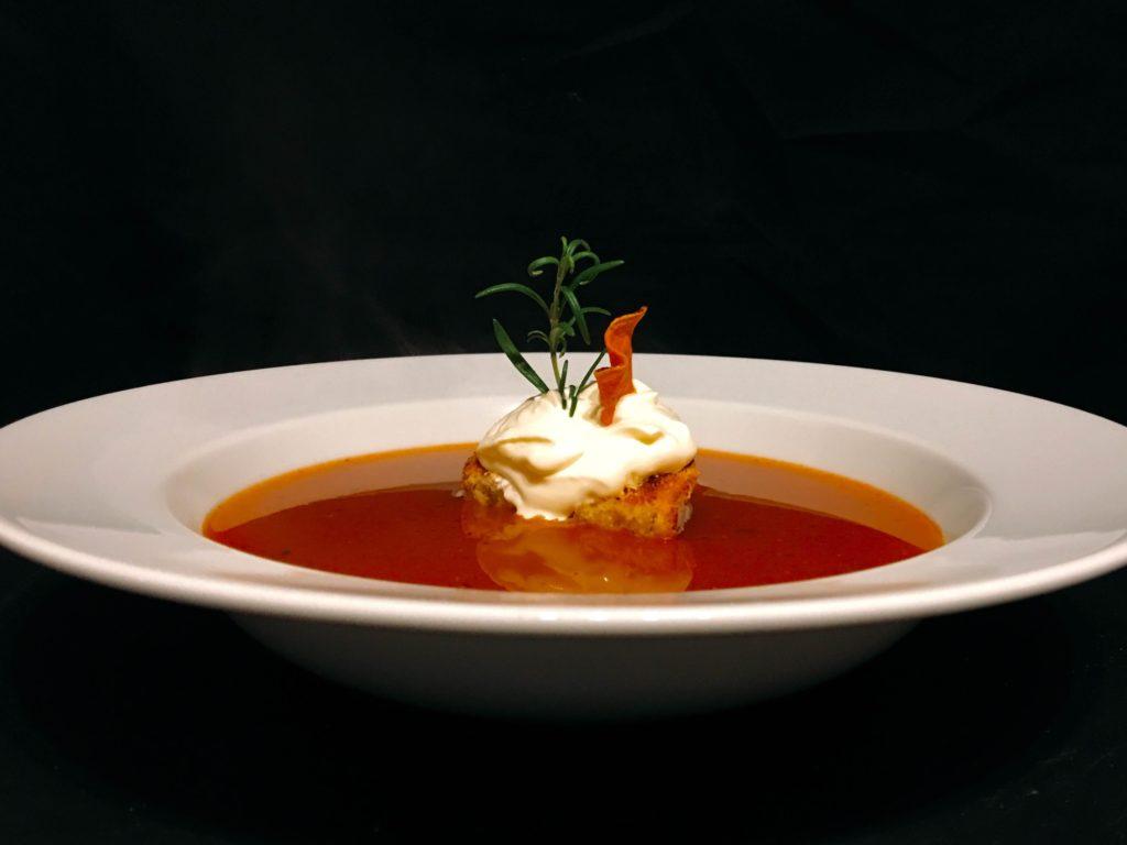 Tomatensuppe mit Gin und Knoblauchbaguette