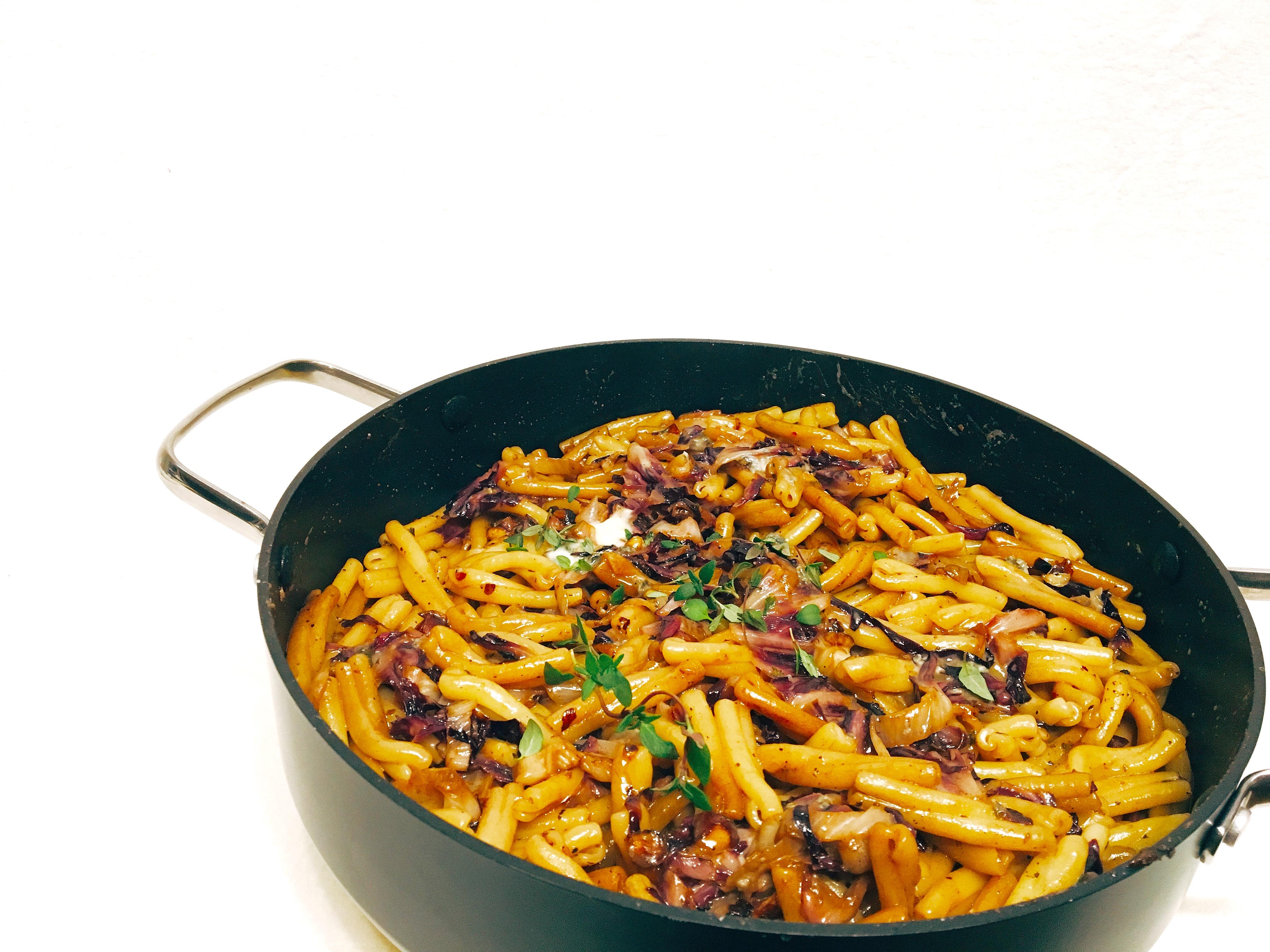 Pasta mit Radicchio, Haselnüssen und Blauschimmelkäse