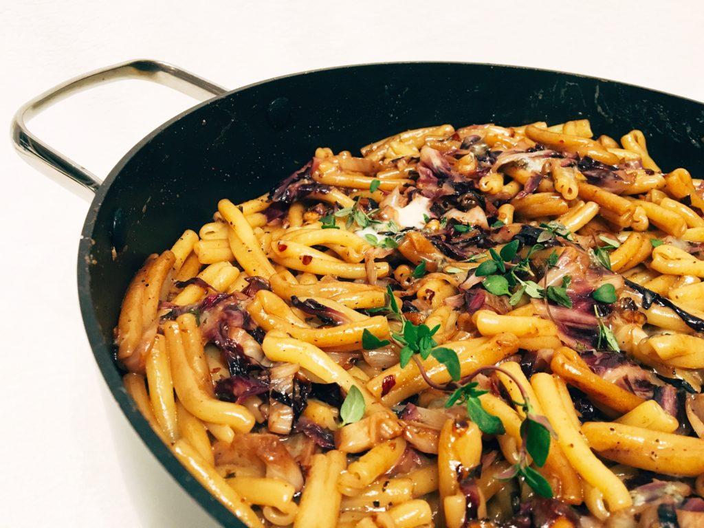 Pasta mit Radicchio, Haselnüssen und Blauschimmelkäse mit Thymian