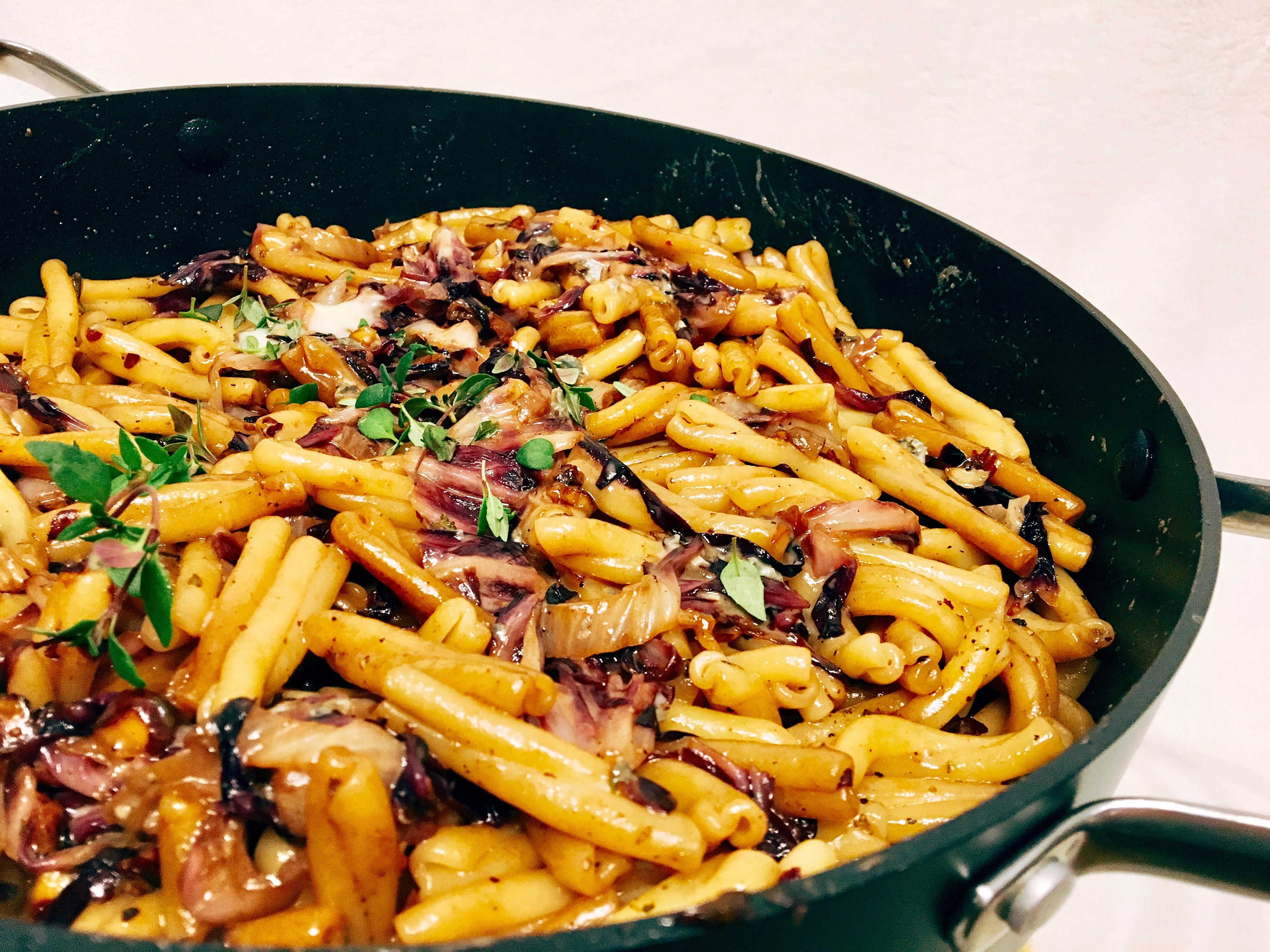Pasta mit Radicchio, Haselnüssen und Blauschimmelkäse, hier Gorgonzola