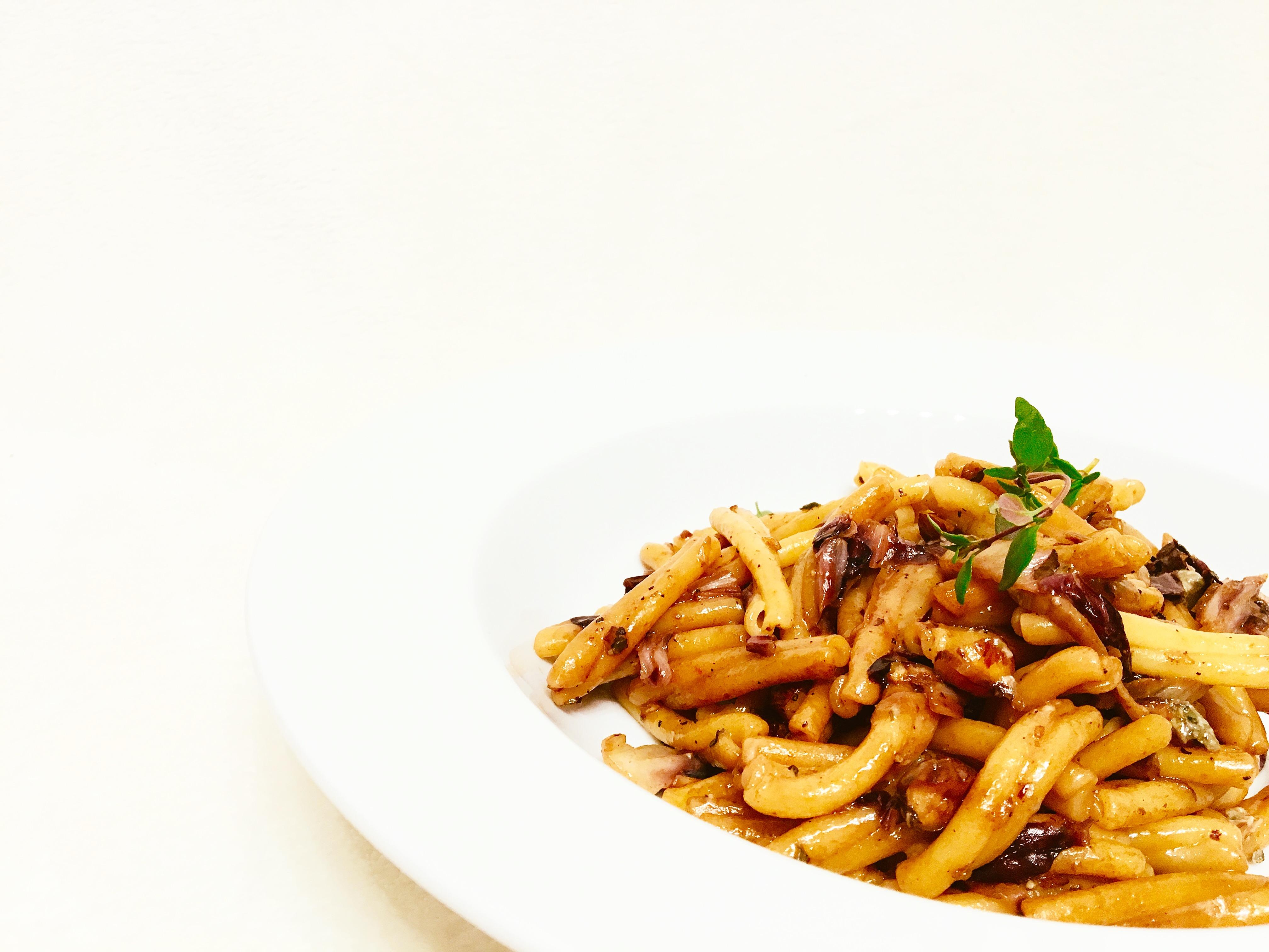 Pasta mit Radicchio, Haselnüssen und Blauschimmelkäse auf dem Teller angerichtet
