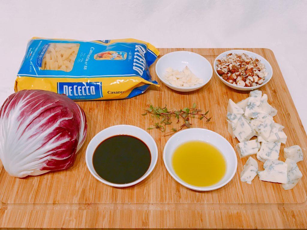 Pasta mit Radicchio, Haselnüssen und Blauschimmelkäse alle Zutaten