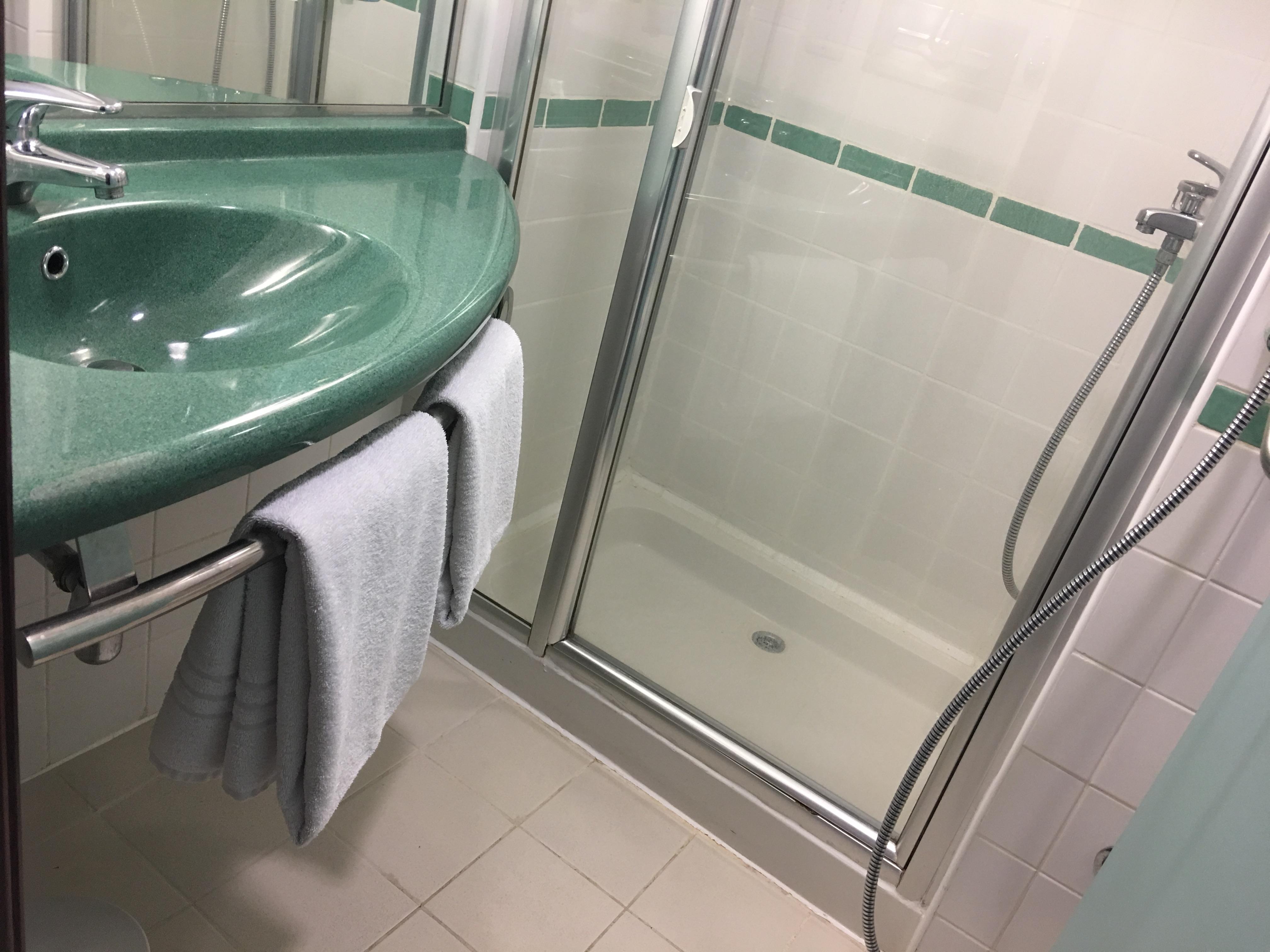 Das Bad ist recht eng, in der Ecke rechts befindet sich die Toilette. Handtücher werden pro Tag gewechselt.