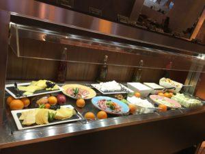 Ibis World Trade Center Frühstück. In der Kühltheke werden versch. Sorten an Wurst (kein Schweinefleisch), Käse, Obst und arabischen Aufstrichen angeboten.