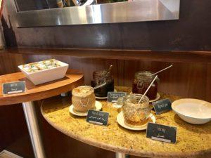 Ibis World Trade Center Frühstück. Es werden verschiedene Aufstriche angeboten.