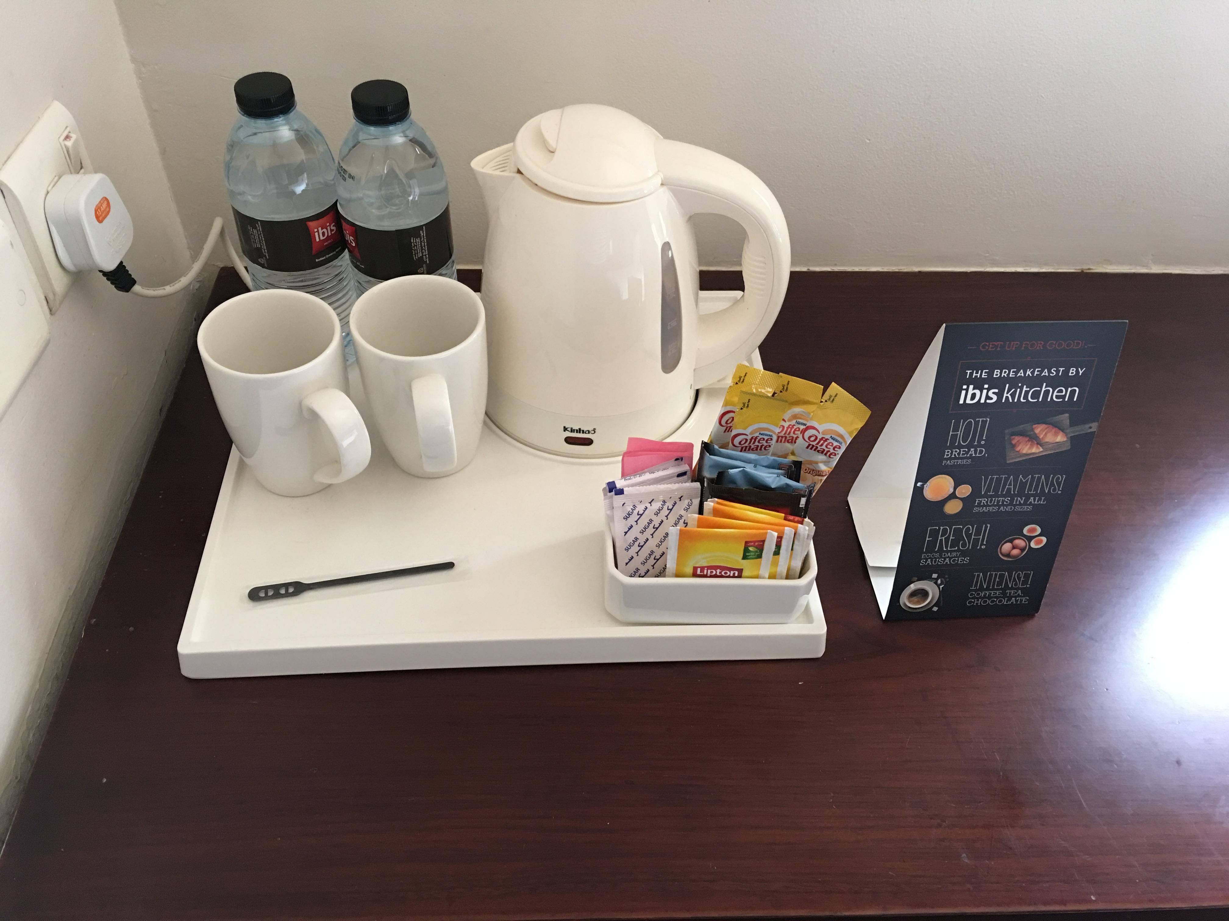Das Ibis WTC bietet seinen Gästen kostenfrei stilles Wasser, Kaffee und Tee.