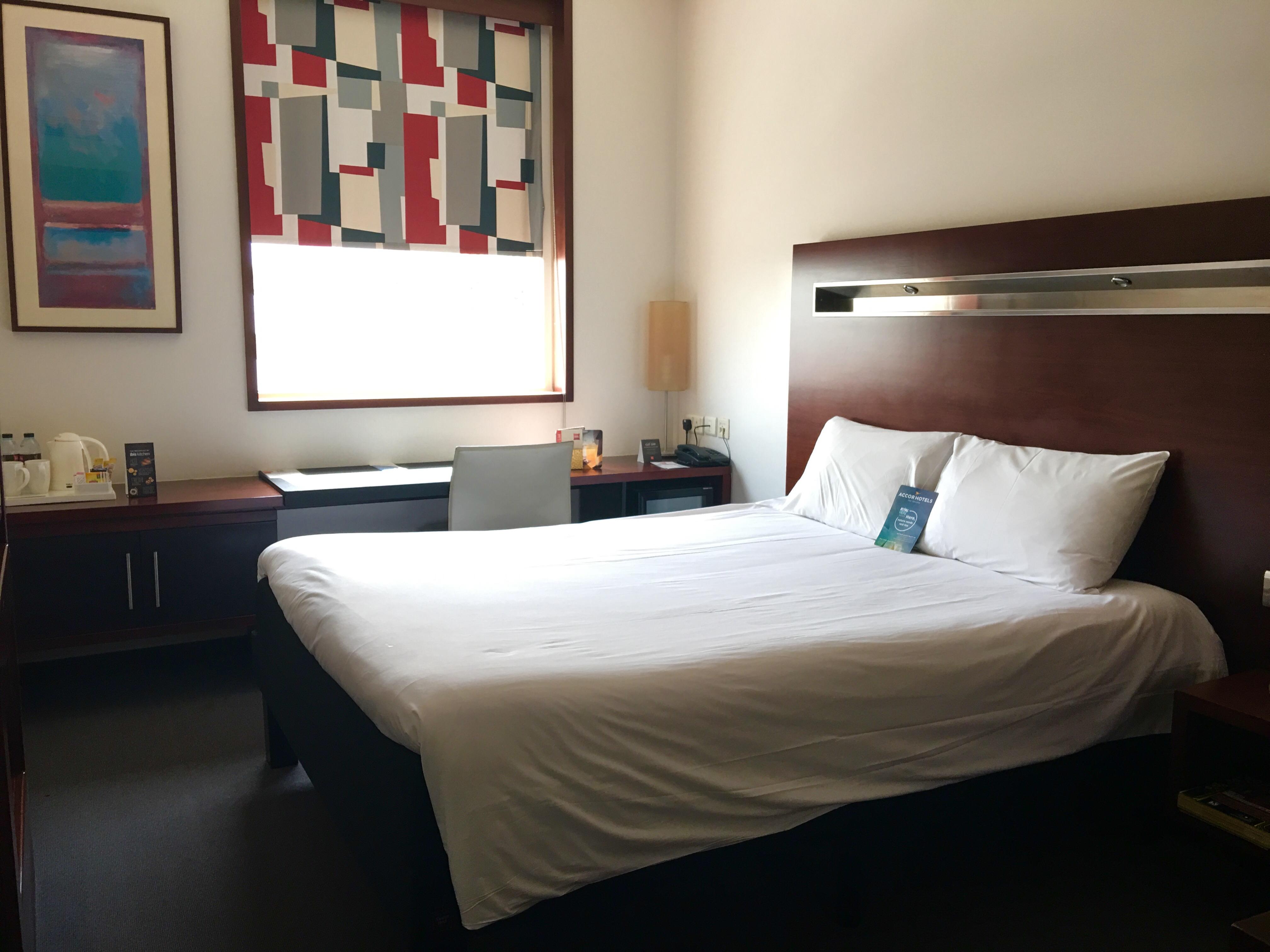 """Ibis World Trade Center Zimmer 604, mit dem Schlafkomfort-Konzept """"sweet bed"""" Blick vom Eingang in das Zimmer"""