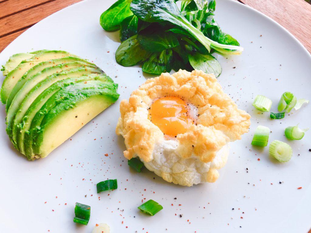 Cloudeggs mit Avocado und Salat