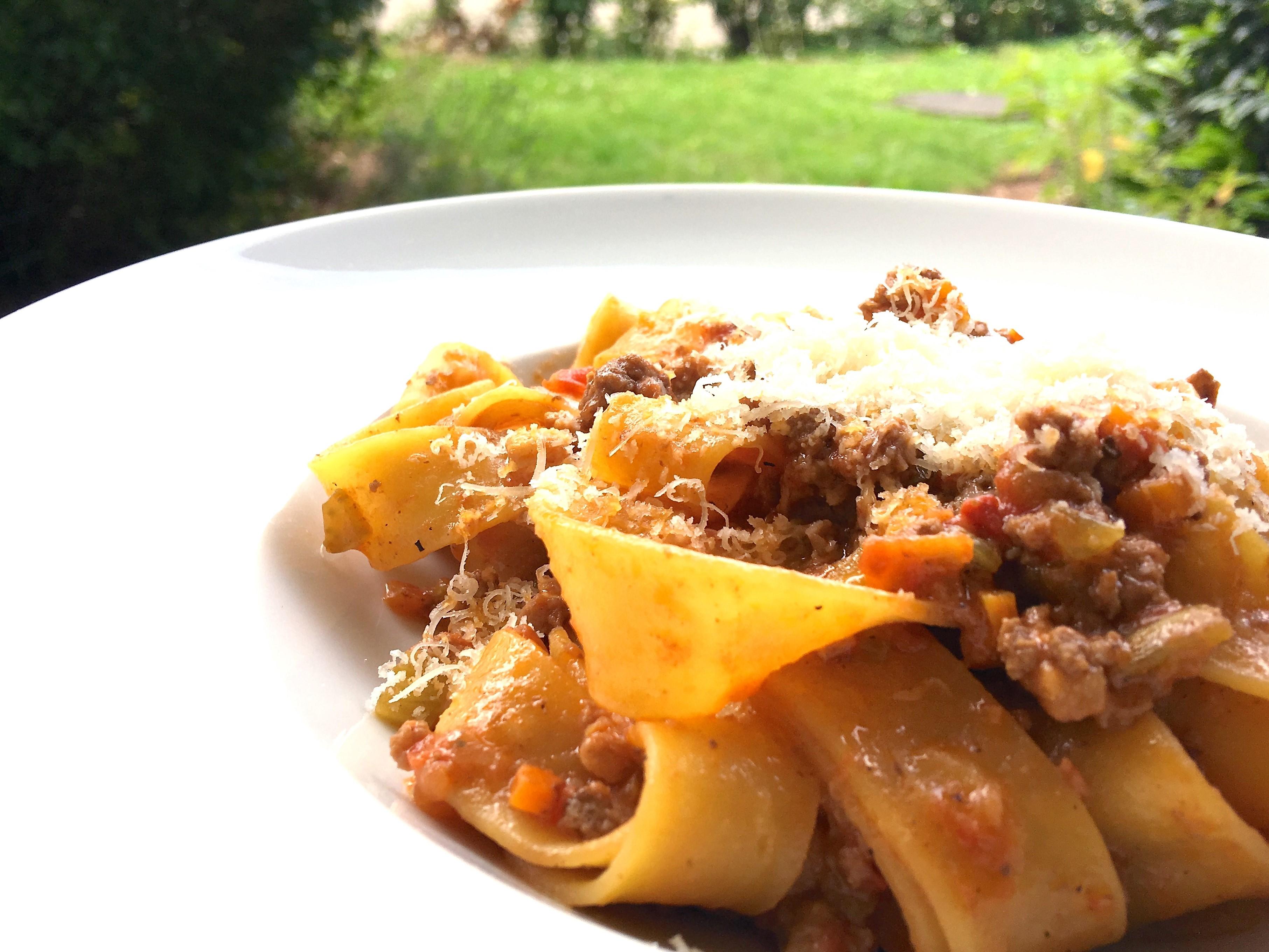 Ragù alla Bolognese mit frischer Pasta, auf dem Bild seht ihr meine frisch gemachten Pappardelle. Abgerundet wird das Gericht mit Parmesan.