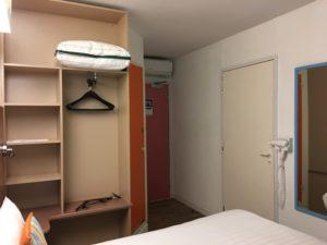 ibis Styles London Excel Zimmer 205 Blick von der Fensterseite zur Tür