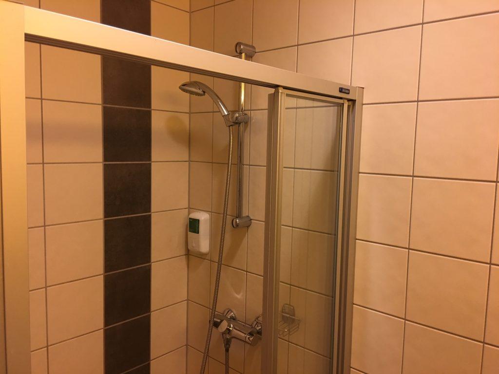 Gardermoen Airport Hotel, Blick in die begehbare Dusche