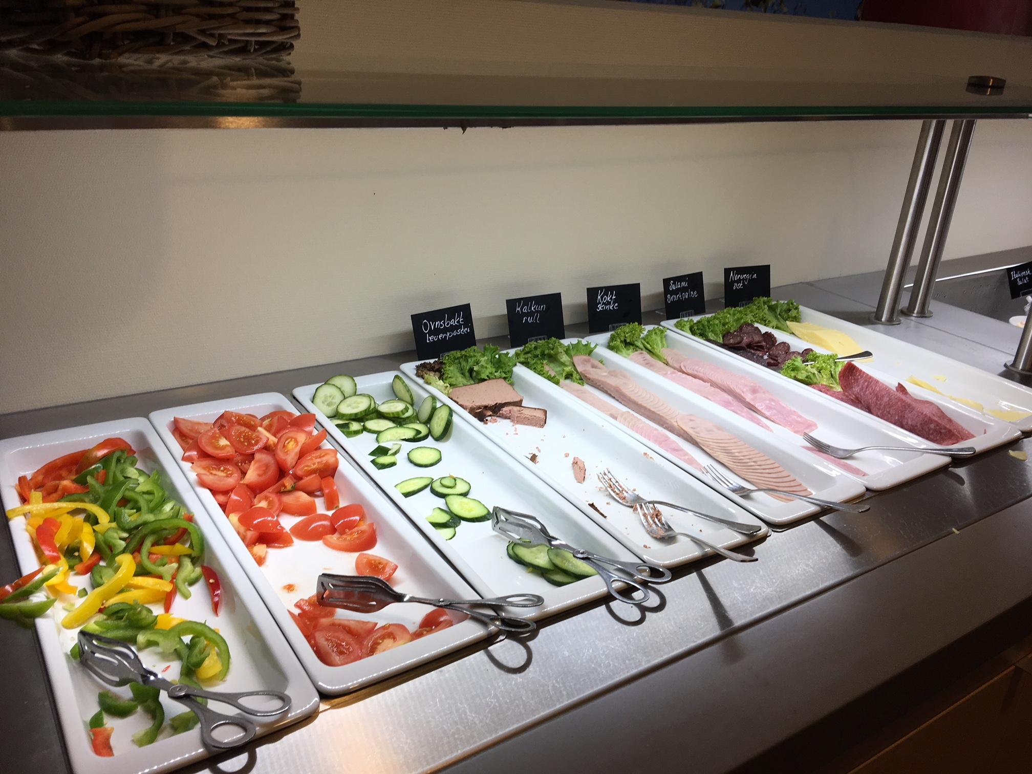 Gardermoen Airport Hotel, eine Auswahl an Gemüse, Wurst und Käse wird auch angeboten