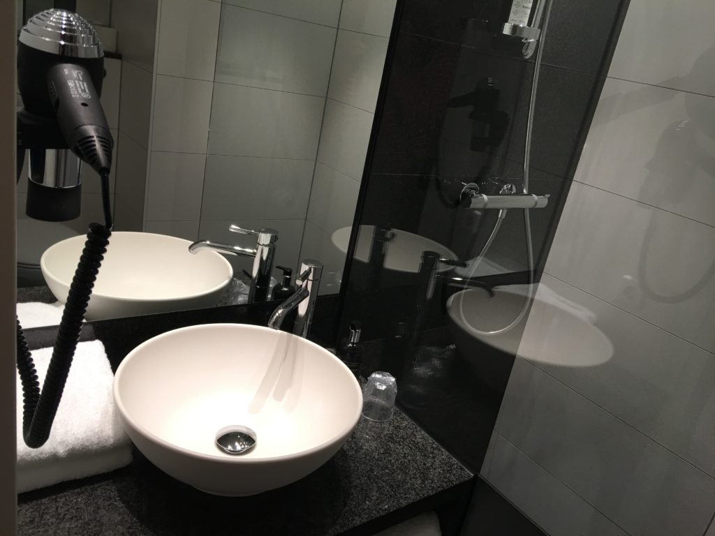 Motel One Wien Hauptbahnhof - Waschbecken, Fön und ausreichend Handtücher