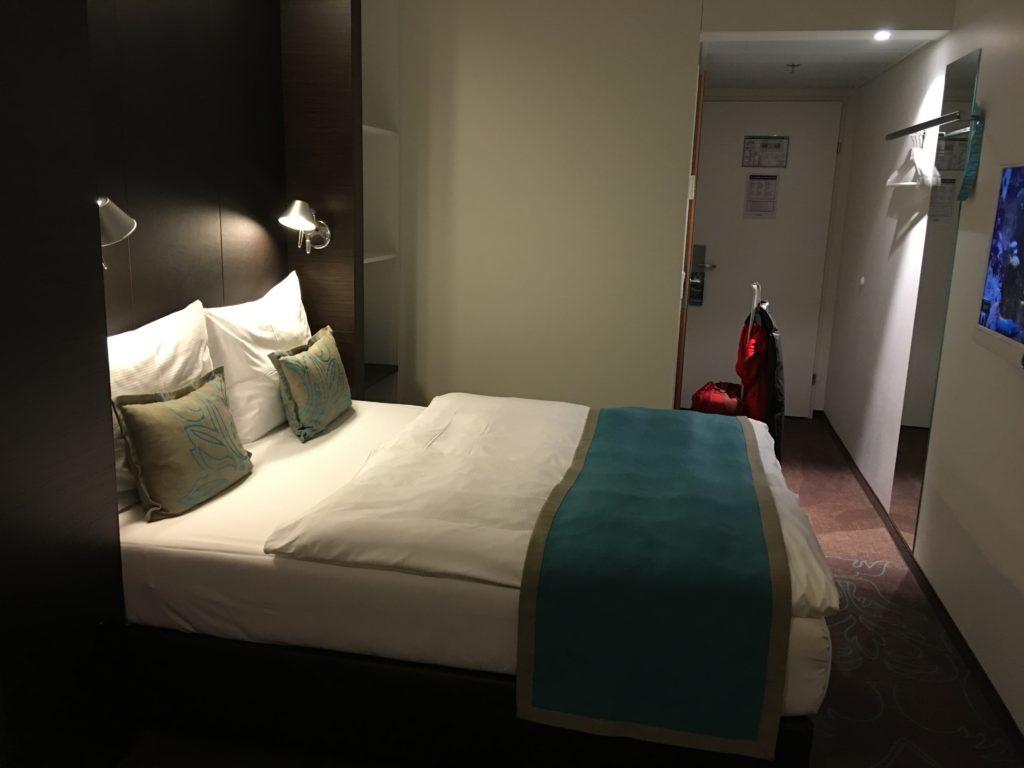 Motel One Wien Hauptbahnhof - bequemes Bett, hohe Matratze, angenehme Beleuchtung